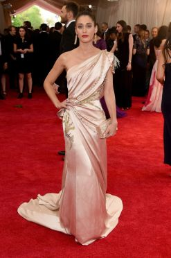 Lizzy Caplan in Donna Karan Atelier Photo: Getty Images
