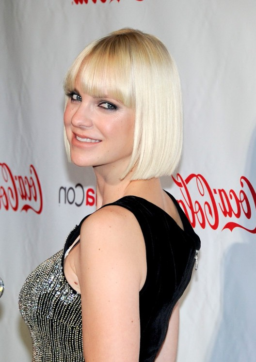 Anna Farris Pageboy Haircut With Blunt Bangs Styles Weekly