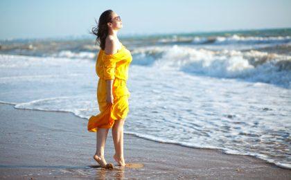 Orangenhaut wird häufig verschämt unterm Sommerkleid versteckt - besser ist es, mit verschiedenen Maßnahmen rechtzeitig dagegen vorzugehen.