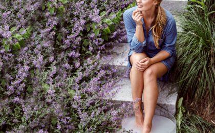 Warmes Wasser und verwöhnende Zusätze wie Lavendel - ein Fußbad entspannt und macht fit für die Sandalen-Saison.