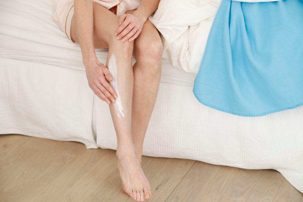 An den Schienbeinen enthält die Haut kaum Talgdrüsen - eine reichhaltige Pflege ist deshalb hier wichtig.