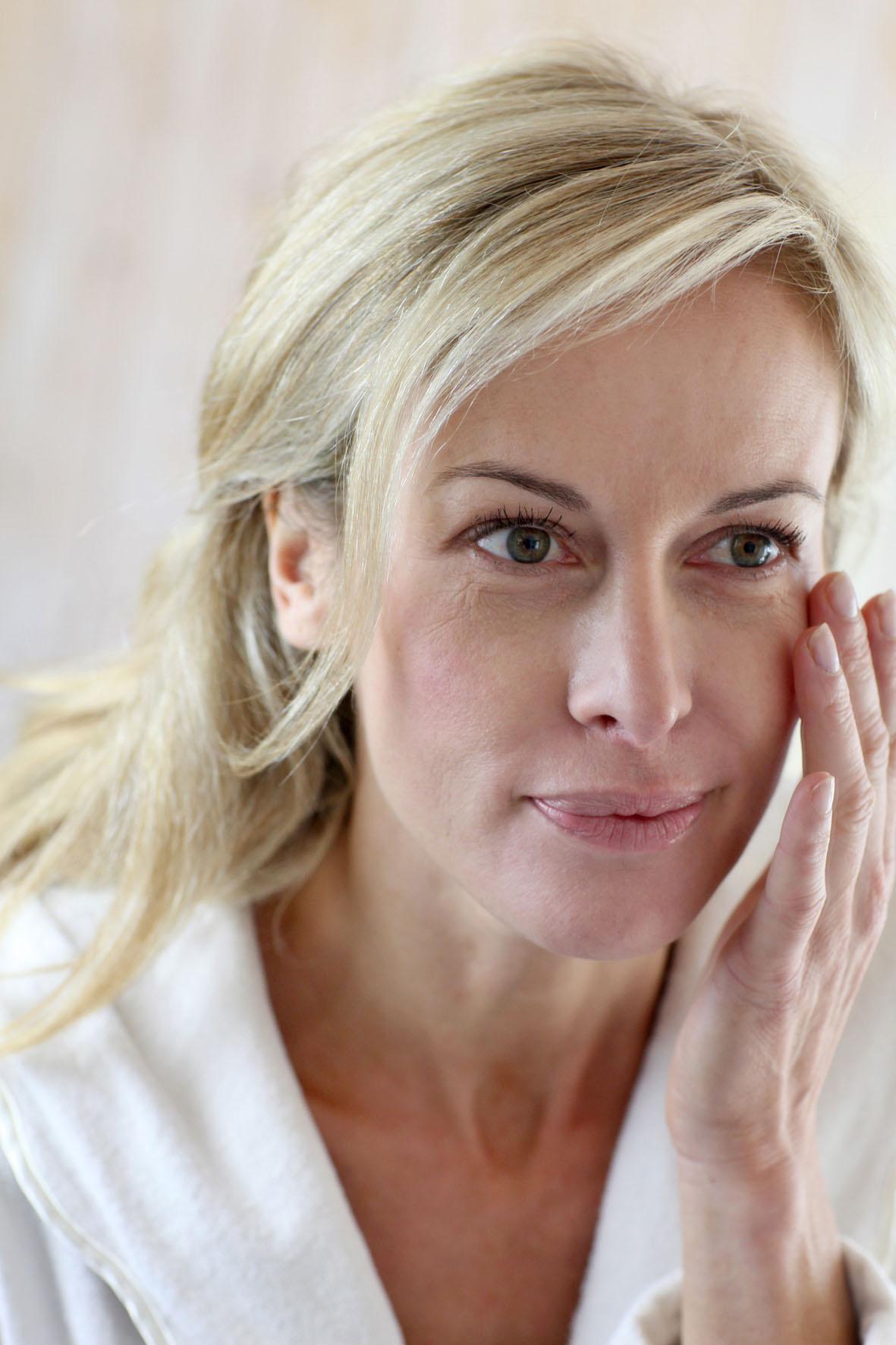 Hormonumstellungen wie in den Wechseljahren lassen die Haut mit der Zeit dünner, trockener und faltiger werden - Belastungen für ihre Haut ausgleichen
