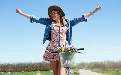 Junge Frau geniesst den Sommer dank Beautytipps