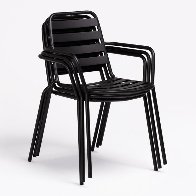 chaises noires empilées