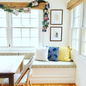 Styling Gypsy Interior Design | your guide to simple, stress-free holiday decorating | holiday photo card garland display in kitchen banquette #holidaydecor #christmasdecorations #holidaydecorating #holidaydecorideas #christmasdecorideas #holidaystyle