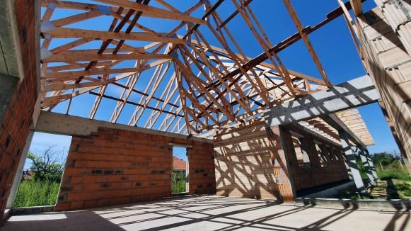 Kierowanie budową budynku mieszkalnego.