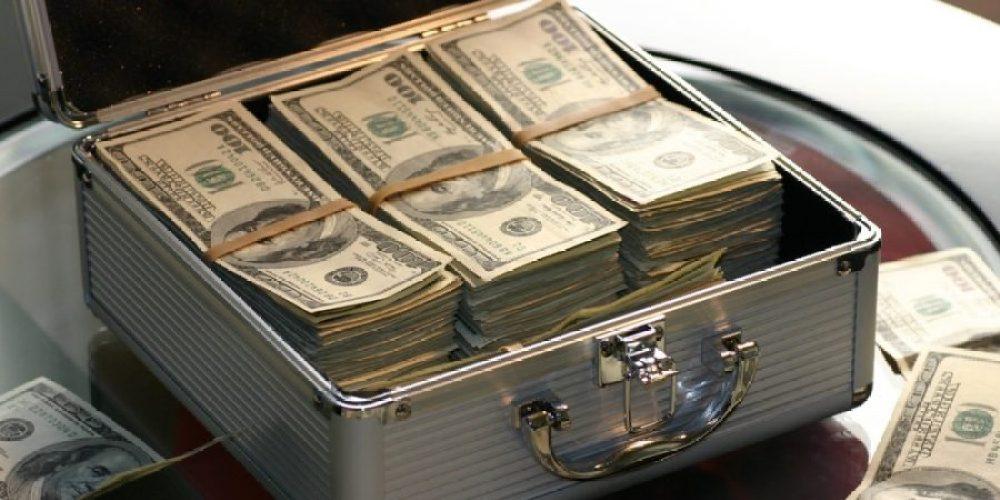 Mala de dinheiro simbolizando o que é ser rico.