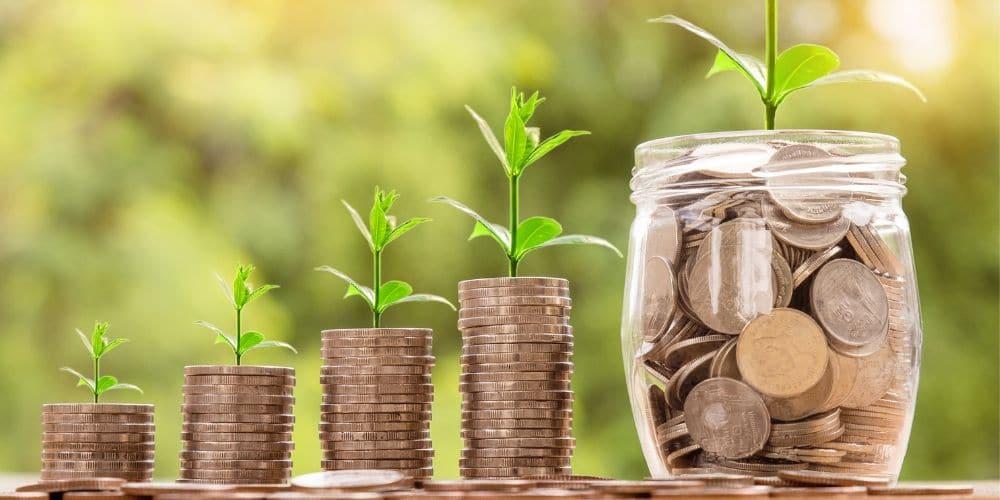 Montes crescentes de moedas indicando como aumentar a renda da família.
