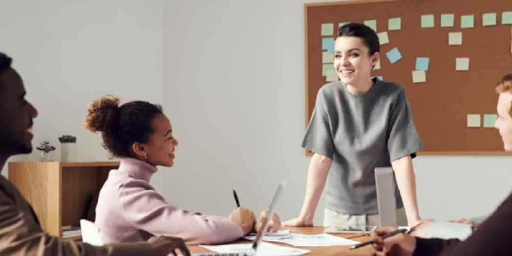 Mulher feliz porque aprendeu como ganhar mais dinheiro trabalhando menos e teve resultados positivos.