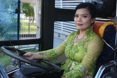 Pengemudi Transjakarta Berkebaya di Hari Kartini