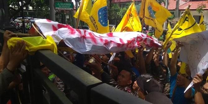 Bum!!! Pagarpun Tumbang, Gerbang DPRD Sumut Didobrak Mahasiswa Penolak UU MD3