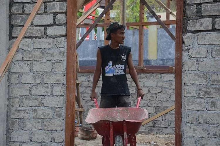 Tukang Kuli Bangunan Ini Ternyata Anak Dari Wakil Walikota Tidore