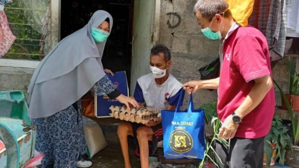 Jelang Idul Fitri, Gema Sehat Juken BKKBN Sumbar Bagi-Bagi Sembako ke Kaum Dhuafa