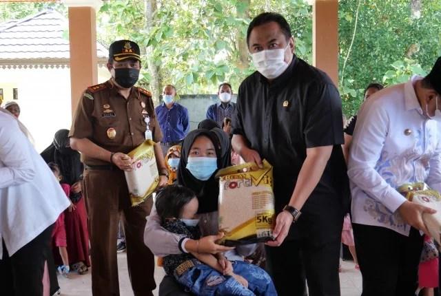 Rachmat Gobel Salurkan Beras Fortivit di Bone Bolango Ikhtiar Tekan Angka Stunting