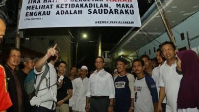 Photo of Malam-malam, Anies Datangi Kampung Warga yang Paginya Demo di Balaikota