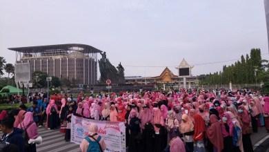 Photo of Gerakan Menutup Aurat Bagikan 300 Jilbab di CFD Pekanbaru