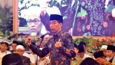 Photo of Kumpulkan Ratusan Kyai-Ustaz Jadetabek, Jokowi Klaim Dirinya 4,5 Tahun Diam dan Sabar