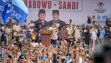 Photo of Prabowo Berikan Topi dan Bajunya untuk Pendukung di Bandung