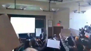 Photo of Mahasiswa Harvard Kompak Keluar Ruangan Saat Dubes Israel Ceramah