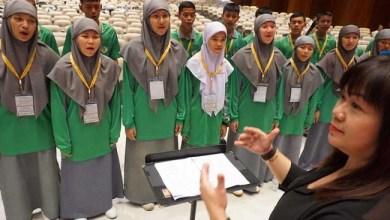Photo of Buktikan Bukan Fundamentalis, Paduan Suara Muslim dari Thailand Selatan Bernyanyi untuk Paus