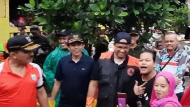 Photo of Kerja Bakti di Kampung Makasar, Anies Malah Diajak Ngevlog Warganya
