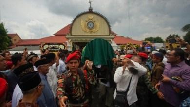 Photo of Ribuan Umat Islam Antarkan Jenazah Buya Yunahar ke Pemakaman