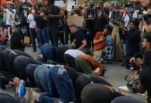 Photo of Pengunjuk Rasa di New York Beri Ruang untuk Lindungi Muslim saat Shalat