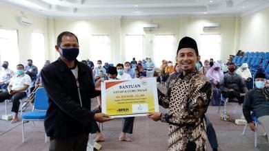 Photo of Anggota FPKS DPR Bukhori Yusuf Bantu 350 Guru Ngaji di Dapilnya