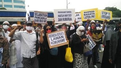Photo of Ribuan Massa Aliansi Anti Komunis Kepung Gedung DPR, Tolak RUU HIP