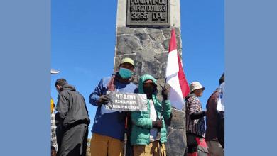 Photo of Peringati HUT ke-75 RI, Pendaki Cilik Fayyadh Taklukkan Puncak Tertinggi Gunung Lawu