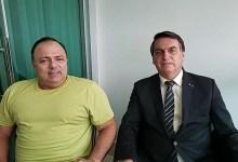 Photo of Tanpa Masker, Presiden Brasil Berbincang dengan Menkesnya yang Positif Corona