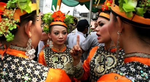 10092012 Sekelompok penari tengah bercakap cakap bergurau dengan penari lainnya