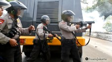 010 Anggota polisi sedang menembakan tembakan asap guna memecah kerusuhan | Foto: Aljon Ali Sagara