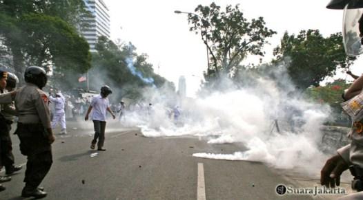 011 Bentrok semakin menyeruak asap berkali-kali yang dilakukan kepolisian meminta korban kedua belah pihak   Foto: Aljon Ali Sagara