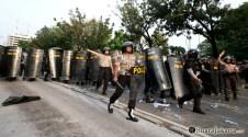 006 Meski tak ada perlawanan berarti, Polri terus maju mendesak mundur pengunjuk rasa | Foto: Aljon Ali Sagara