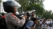008 Sejumlah tembakan gas air mata dilepas setelah aksi saling dorong terjadi | Foto: Aljon Ali Sagara