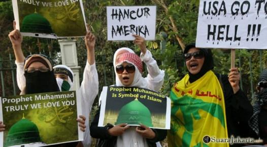 004 Wanita mujahidin dengan teriakan yel-yel anti AS   Foto: Aljon Ali Sagara