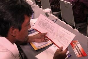 Peserta tampak sedang mempelajari isi buku dalam Acara FGD Tentang Penguatan DPD RI, Sabtu (27/04/13) di Jakarta