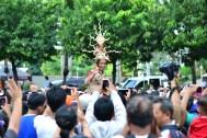 Gubernur DKI Jakarta mengenakan pakaian adat di Jakarnaval 2013 (Foto: Jauharry Faddly)