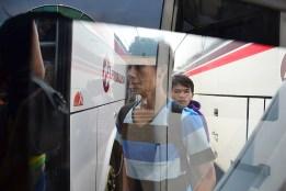 Seorang penumpang akan menaiki bus Primajasa. (Foto: Fajrul Islam/SuaraJakarta)