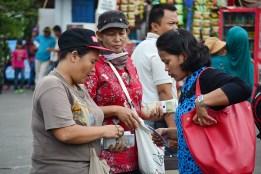 Calon penumpang sedang menukarkan uang receh untuk dibawa ke kampung halaman. (Foto: Fajrul Islam/SuaraJakarta)