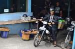 Suwito pria paruhbaya asal Kediri, Jawa Timur ini sudah 3 tahun bekerja menjadi penjual tahu keliling. (Foto: Fajrul Islam/SJ)