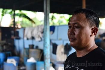 Tomy, pemilik pabrik tahu yang berlokasi di Kampung Rengas, Bintaro sektor 2, Tangerang Selatan. (Foto: Fajrul Islam/SJ)