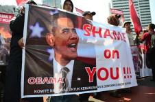"""Sebuah spanduk bertuliskan """"SHAME ON YOU OBAMA"""" saat aksi solidaritas untuk rakyat Mesir di Bundaran HI. (Foto: Fajrul Islam/SuaraJakarta)"""