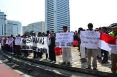 Peserta demo memegang poster dan spanduk kecaman terhadap pembantaian yang dilakukan militer Mesir. (Foto: Fajrul Islam/SuaraJakarta)