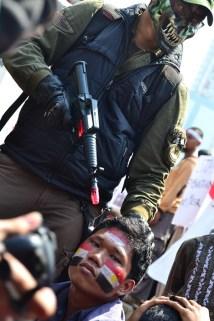 Aksi teatrikal yang menggambarkan kekejaman militer Mesir terhadap rakyat sipil. (Foto: Fajrul Islam/SuaraJakarta)