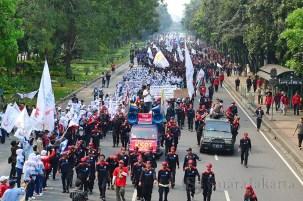 Ribuan buruh longmarch dari bundaran HI menuju Istana Negara dan balik ke Balai Kota. (Foto: Fajrul Islam/SJ)