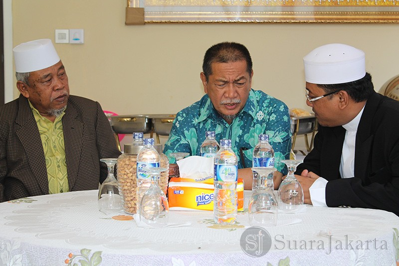 Dedy Mizwar akrab berbicara dengan pendiri Istana Yatim, KH. Ahmad Nurul Huda (kanan). (Foto: Awan Setia Budi)
