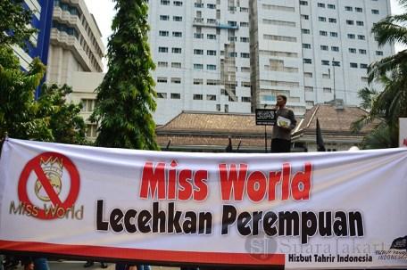 Salah seorang pengunjuk rasa berorasi di depan gedung MNC Tower, Jakarta (5/9). (Foto: Fajrul Islam/SJ)