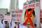 Bebagai macam poster dibawa oleh pengunjuk rasa, salah satunya poster Ayo... Gantung Hary Tanoe. (Foto: Fajrul Islam/SJ)
